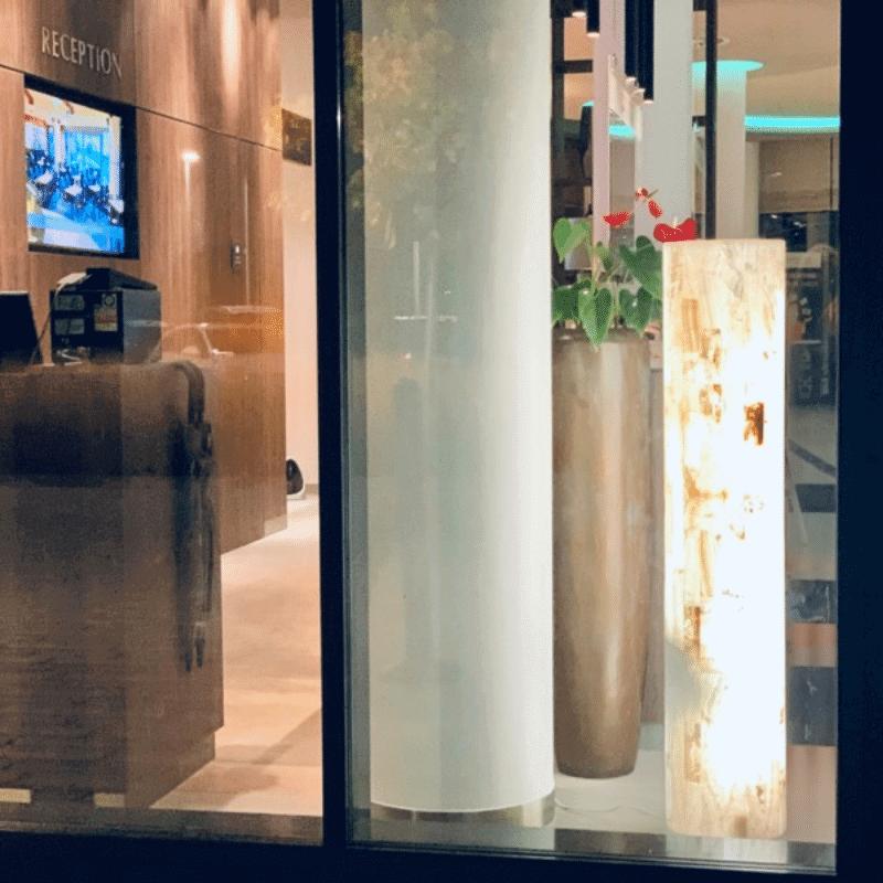 Stehlampe Redondo aus Ony-Marmor-Bücherregal-Courtyard-by-Marriott-Wolfsburg